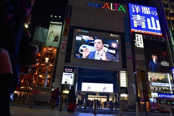 Un grand écran diffuse un reportage sur Carlos Ghosn, à Tokyo, le 22 novembre.