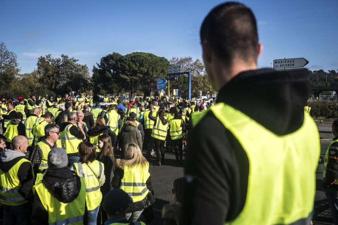 «Cette révolte est tout autant une révolte territoriale qu'une révolte sociale. » (Photo: «gilets jaunes» du Vaucluse avec des musiciens venus mettre l'ambiance au rond-point de l'autoroute Avignon-Nord.)