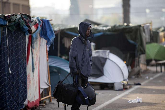 Un homme rassemble ses affaires alors que la police évacue un campement de migrants, à Rome, le 13 novembre.