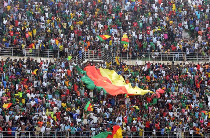Des supporteurs camerounais pendant un match de qualification pour la Coupe d'Afrique des nations 2015, à Yaoundé, en novembre 2014.