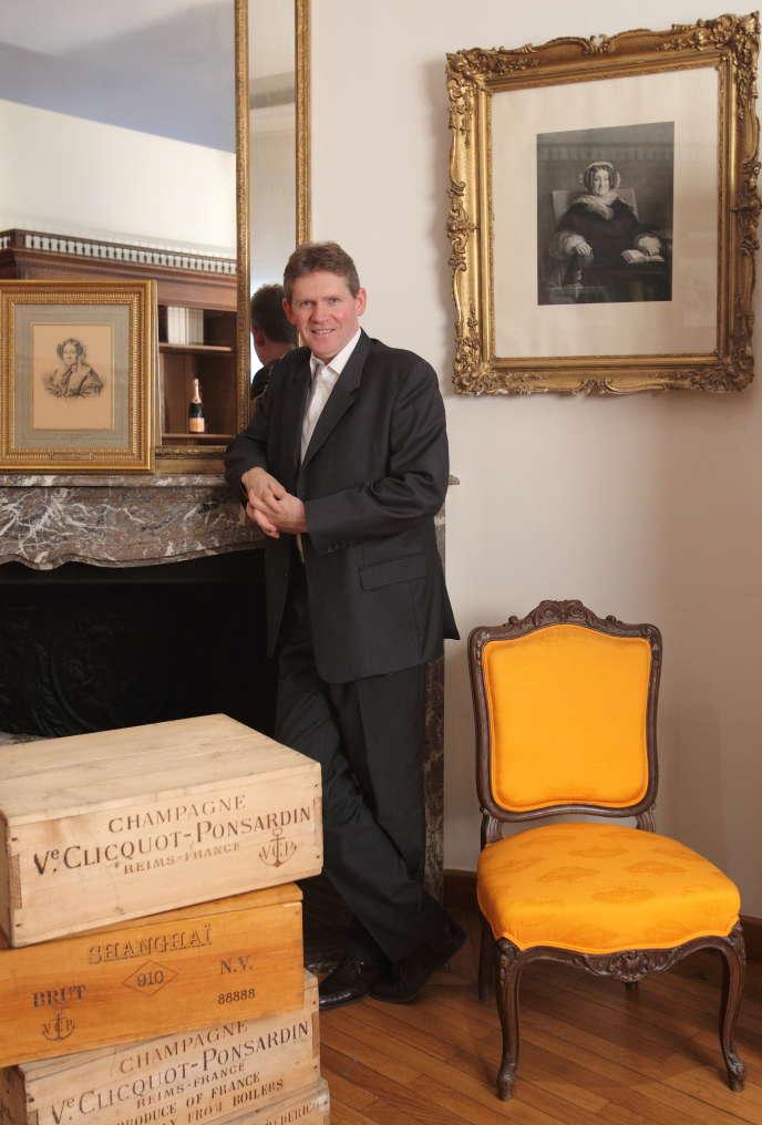 Dominique Demarville, chef de cave chez Veuve Clicquot, posant dans le bureau de Mme Clicquot, à Reims (Marne).