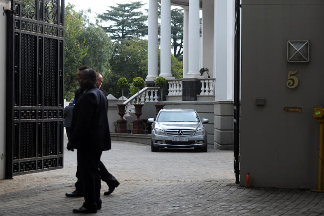Pendant une perquisition dans la propriété de la famille Gupta, des hommes d'affaires d'origine indienne proches de Jacob Zuma, le 16 avril 2018 à Johannesburg.