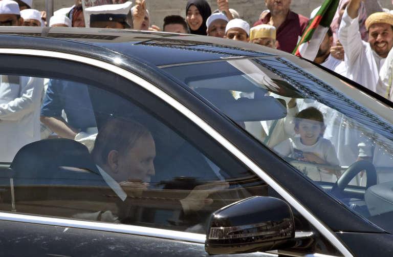 Le président algérien, Abdelaziz Bouteflika, arrive à l'inauguration d'une école religieuse dans la banlieue d'Alger, le 15 mai 2018.