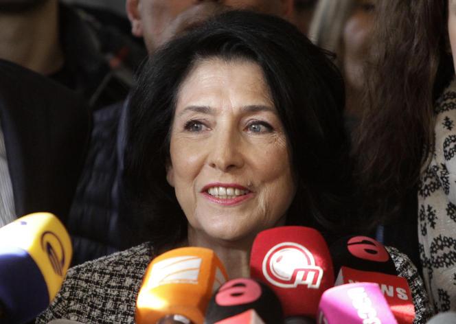 Sortie vainqueur du second tour, Salomé Zourabichvili s'adresse aux médias, à son siège de campagne, à Tbilissi, le 28 novembre.