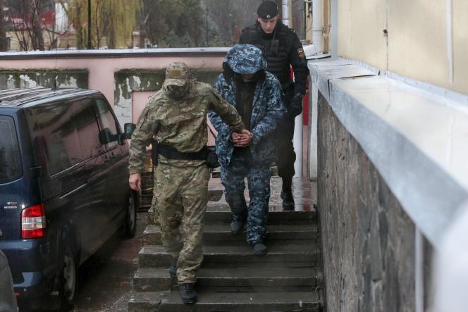 Un marin ukrainien prisonnier est escorté vers un fourgon, après avoir comparu devant un tribunal, à Simferopol, en Crimée, le 28 novembre.
