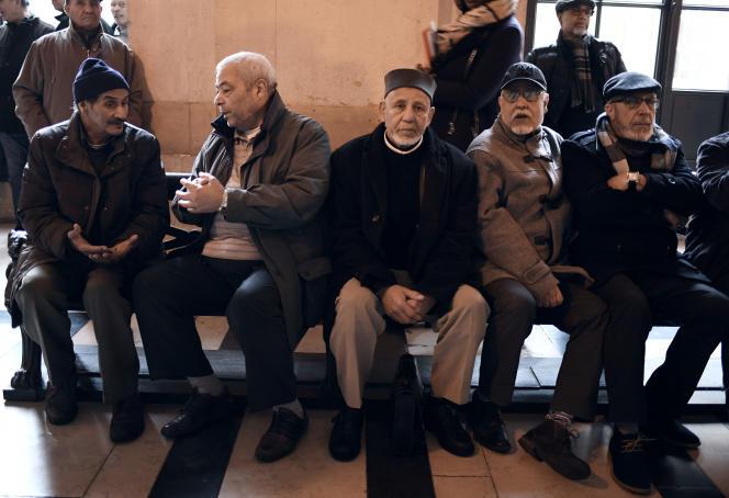Des chibanis à la cour d'appel de Paris le 31 janvier 2018, après avoir gagné leur procès contre la SNCF pour discrimination.