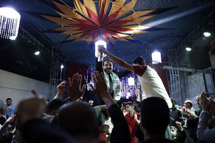 Seuls les hommes font la fête lors de la cérémonie de mariage de deux frères d'une famille palestinienne dans le camp de Bureij, le 6 novembre.