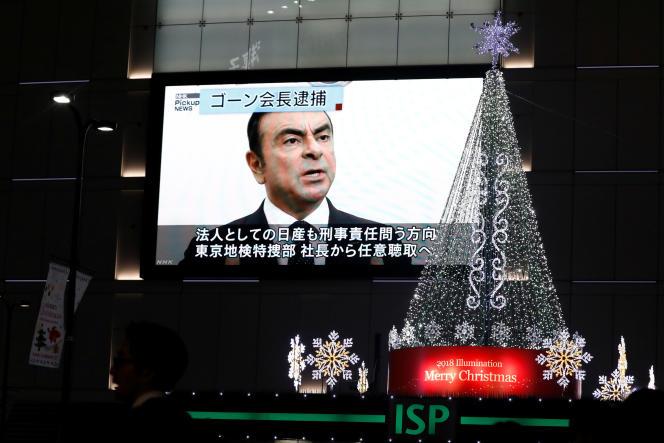 Un écran informe les passants sur l'affaireCarlos Ghosn, le 21 novembre, à Tokyo.