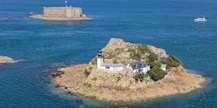 Sur l'île Louët, près du château du Taureau, la maison du gardien du phare est en location d'avril à octobre.