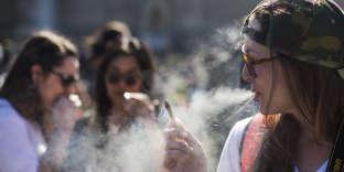 Une femme fume un joint de cannabis à Ottawa, au Canada, le 20 avril 2016.