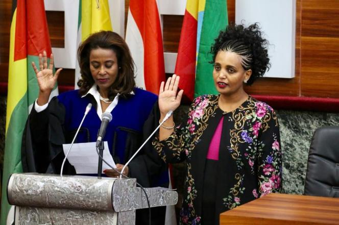 L'opposante Birtukan Mideksa prête serment comme présidente de la Commission électorale nationale éthiopienne, le 22novembre 2018, au côté de la nouvelle présidente de la Cour suprême, Meaza Ashenafi.