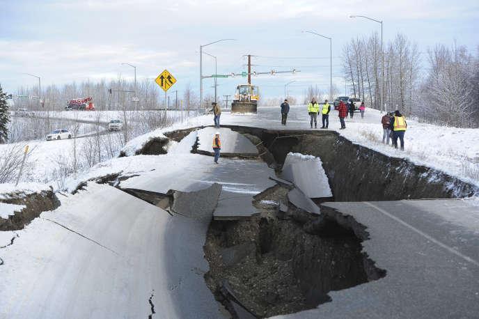 A Anchorage, un tronçon de route s'est effondré à caue du tremblement de terre.