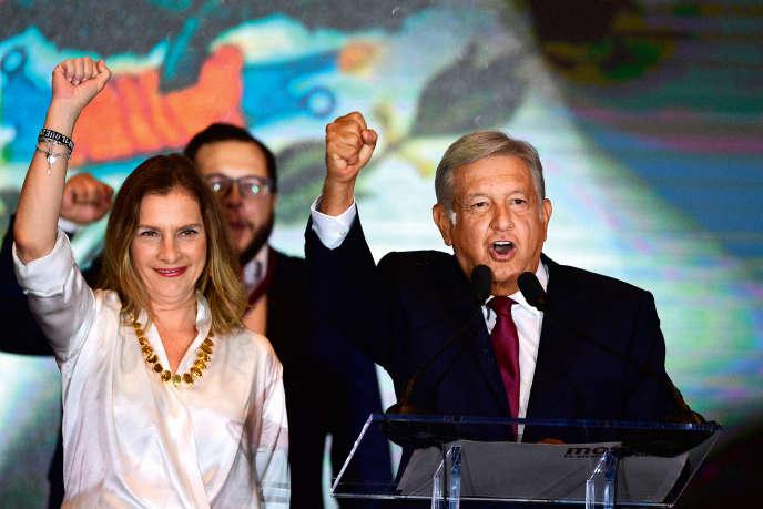 Andrés Manuel López Obrador etson épouse, le 1er juillet après l'annonce des résultats de la présidentielle, à Mexico.