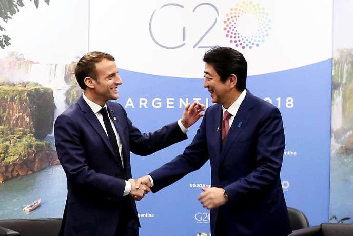 Emmanuel Macron et le premier ministre japonais Shinzo Abe lors de leur rencontre durant le sommet du G 20, à Buenos Aires, le 30 novembre.