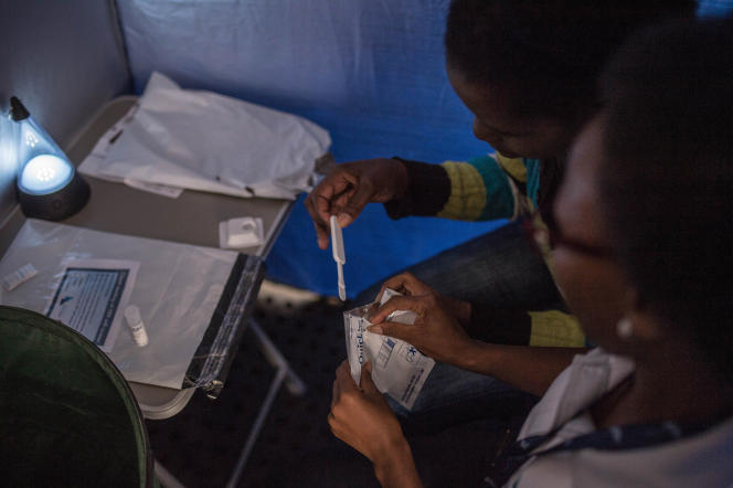 Campagne de distribution d'autotests salivaires de dépistage du VIH à Johannesburg, en Afrique du Sud, en mars 2018. L'autotest réalisé à partir de salive permet d'avoir un résultat en vingt-cinq minutes.