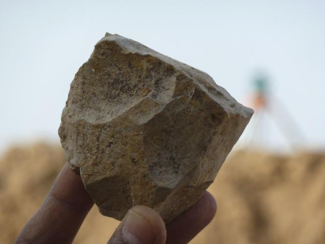 Une des pierres taillées de type oldowayen mises au jour sur le site d'Aïn Boucherit en Algérie, et datées de 2,4 millions d'années.
