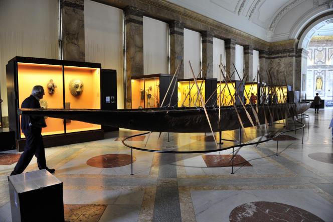 L'impressionnante pirogue de 22 mètres de long située au Musée de l'Afrique centrale (MRAC) à Tervuren, dans la banlieue de Bruxelles, le 9 octobre 2013.