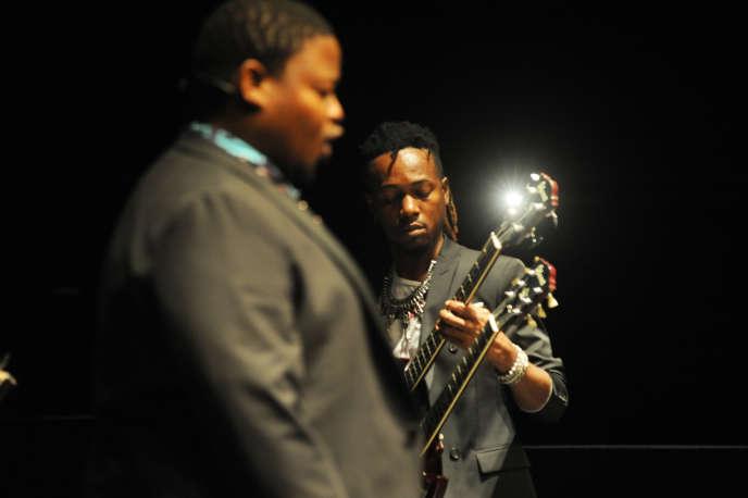 Owen Metsileng (chanteur) et Rodriguez Vangama (guitare) dans«Requiem pour L.».