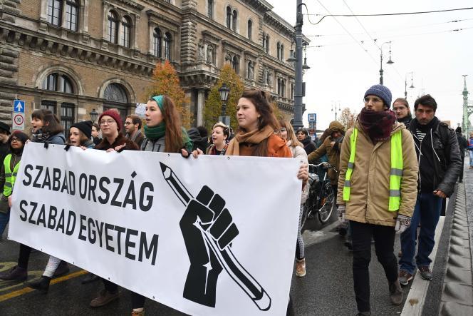 Manifestation derrière le slogan « Pays libre, universités libres » contre la fermeture de l'Université d'Europe centrale, à Budapest, le 24 novembre.