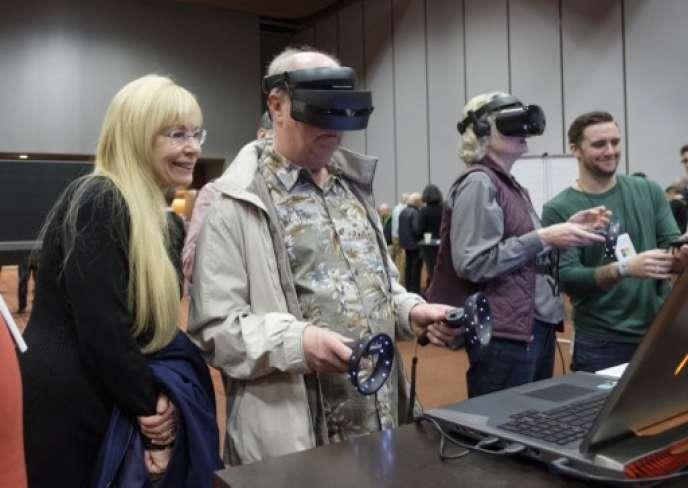 Des Américains testent des casques virtuels de Microsoft, le 28 novembre, à Bellevue dans l'Etat de Washington.