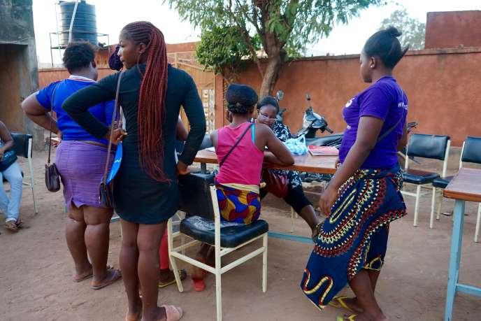 Dépistage du VIH auprès des prostituées d'un quartier chaud de Ouagadougou, au Burkina Faso, le 8 novembre 2018, avec l'association Yerelon+.