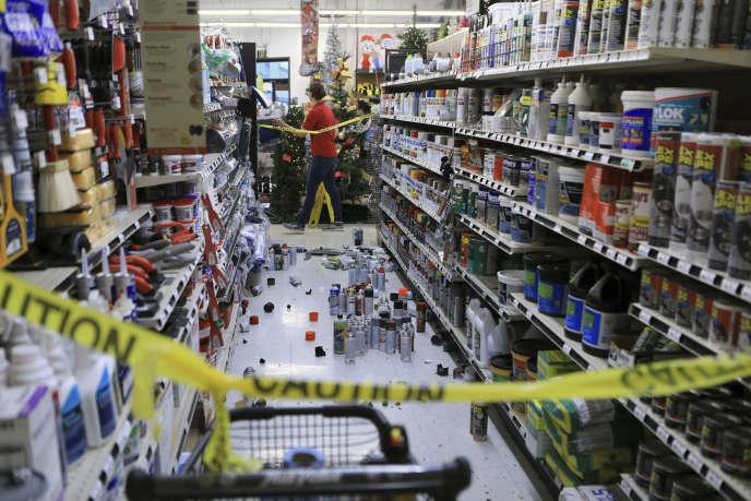 Un magasin de la quincaillerie True Value, secoué à Anchorage, vendredi 30 novembre.