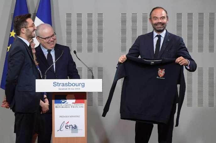 Il faut «supprimer les déséquilibres structurels entre les métiers auxquels destine l'ENA» (Edouard Philippe avec un sweat-shirt de la promotion 2017-2018 de l'ENA, et le directeur de l'école, Patrick Gérard (au centre), à Strasbourg, en mai 2018).
