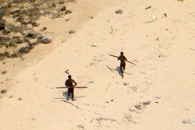 Des habitants de North Sentinel survolés par un hélicoptère indien, en 2004.
