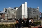 Des journalistes devant le centre de détention de Tokyo, en novembre 2018.