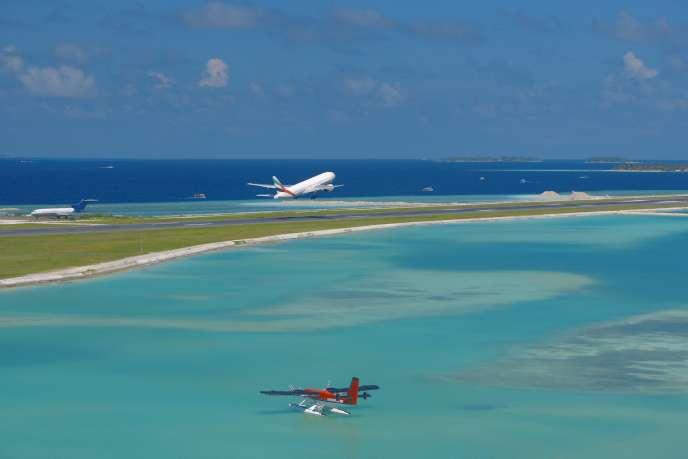 «Le tourisme lointain reste largement une affaire des classes moyennes et supérieures, dont le budget familial permet d'arbitrer entre plusieurs postes dedépenses. » (Photo: Maldives.)