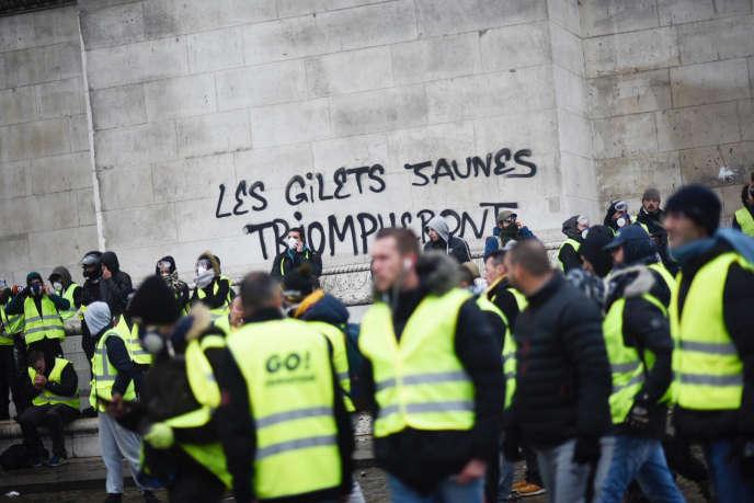 « Les gilets jaunes triompheront», a écrit un manifestant sur l'arc de Triomphe à Paris, samedi 1er décembre.
