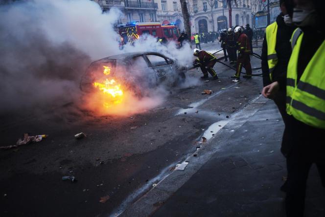 Des voitures ont été incendiées dans le secteur des Champs-Elysées, samedi1erdécembre.