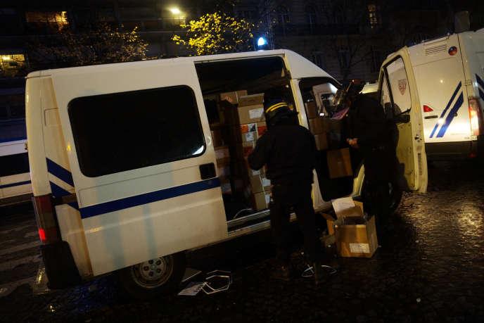 Des CRS se préparent durant les incidents liés à la manifestation des«gilets jaunes», à Paris, samedi 1er décembre.