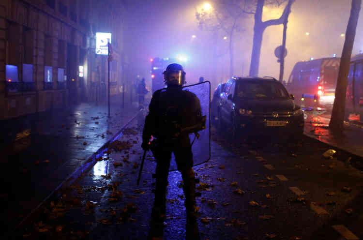 Un policier monte la garde dans une contre-allée des Champs-Elysées, à Paris.