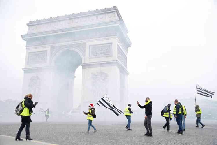 Dès le début de matinée, la police a dû faire usage de gaz lacrymogènes sur la place de l'Etoile à Paris, où commençaient à se rassembler les« gilets jaunes».