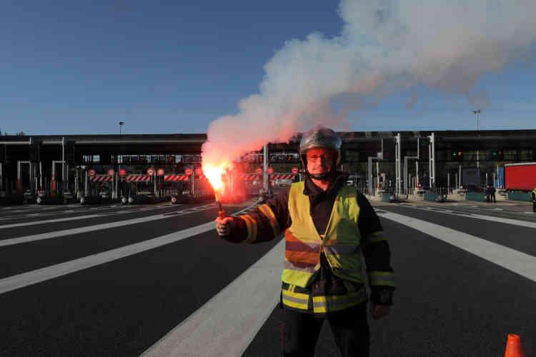 Un pompier solidaire des « gilets jaunes» participe au blocage d'un péage autoroutier à Antibes.