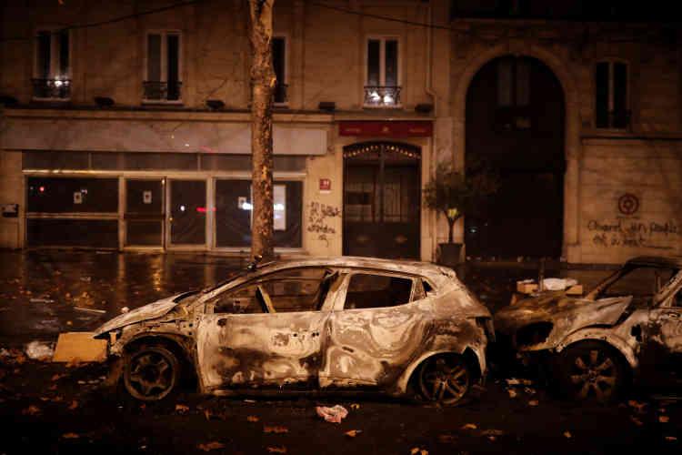 Des voitures brûlées près de la place de l'Etoile, à Paris.