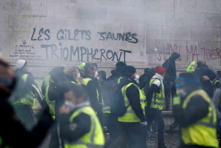 Les murs de l'Arc de triomphe, à Paris, sont couverts de slogans par des « gilets jaunes».