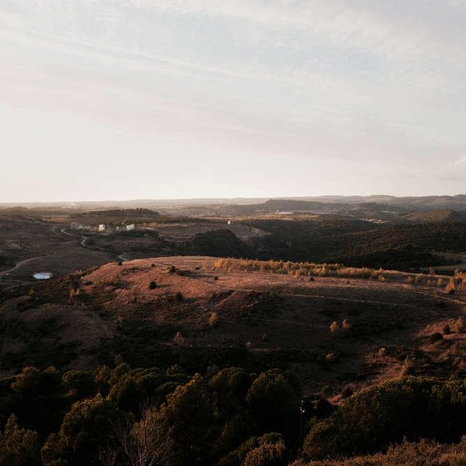 Qui pourrait le deviner ? L'Artus, cette colline à la végétation aride située sur la rive gauche de l'Orbiel, dissimule dix millions de tonnes de sable pollué, dont 2% d'arsenic.En face, rive droite, se trouve la colline du Pech de Montredon qui abrite deux millions de tonnes de déchets, dont 5 à 15% d'arsenic.