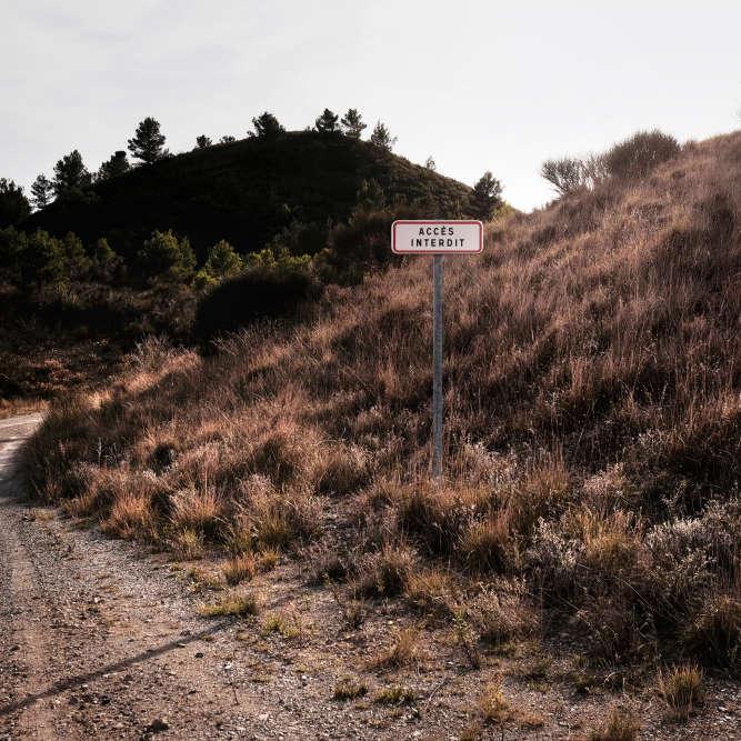 Seuls des panneaux « accès interdit » (bien peu dissuasifs ) signalent que ces collines sont bien particulières.