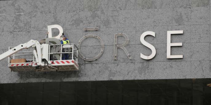Le sigle «Bourse» remplacé sur la façade de la Bourse de Zurich, le 24 septembre.