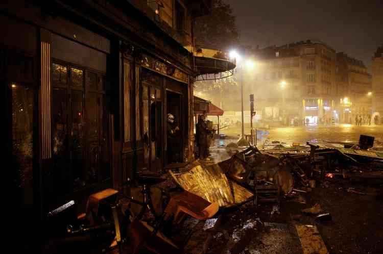 Le restaurant « la Belle Armée» à Paris, dans le quartier de l'Etoile, fait partie des nombreux commerces pillés puis incendiés dans le centre de la capitale.