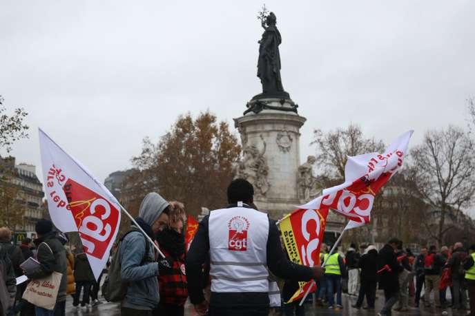 Plus d'un millier de personnes défilent à l'appel de la CGT samedi 1er décembre àParis.