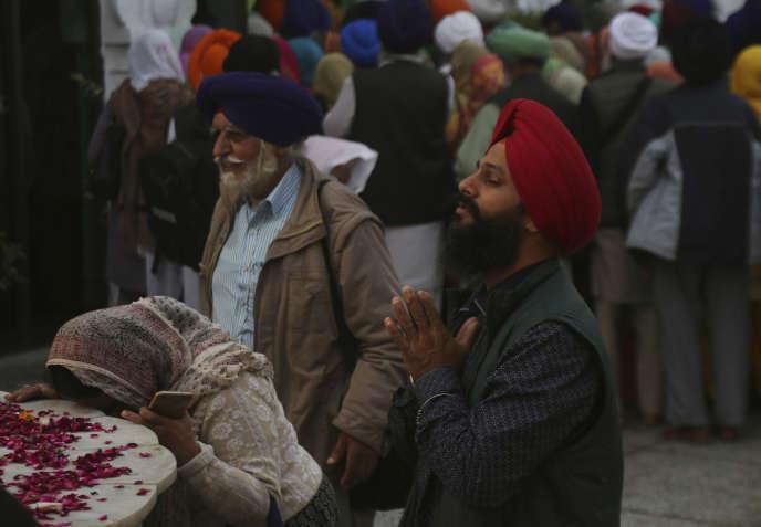 Un pèlerin venu d'Inde, aumausolée du gourou Nanak, fondateur la religion sikh, dans la ville pakistanaise de Kartarpur, le 28 novembre.