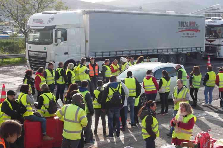 A la frontière franco-espagnole, des « gilets jaunes» ont bloqué l'accès à l'autoroute A9 au niveau du village de Boulou.