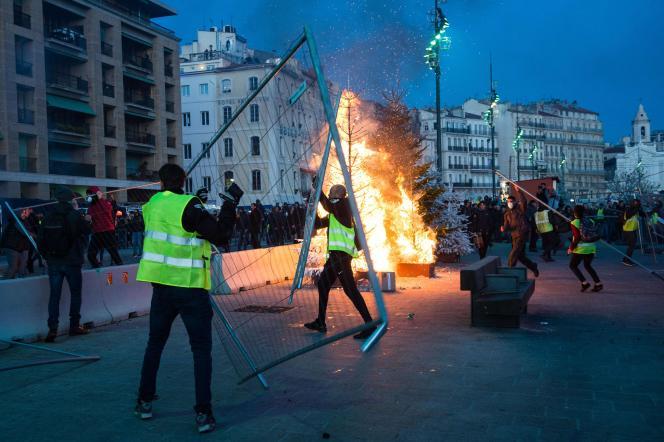 Sur le Vieux-Port à Marseille, samedi 1er décembre.
