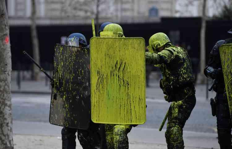 Les « gilets jaunes» ont aspergé les forces de l'ordre avec de la peinture jaune.