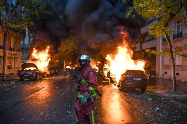 Un grand nombre de voitures ont été incendiées dans le centre de Paris, comme dans cette rue où interviennent les pompiers.