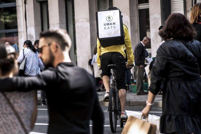 Un coursier de la plate-forme Uber Eats, dans les rues de Lille, en septembre 2017.