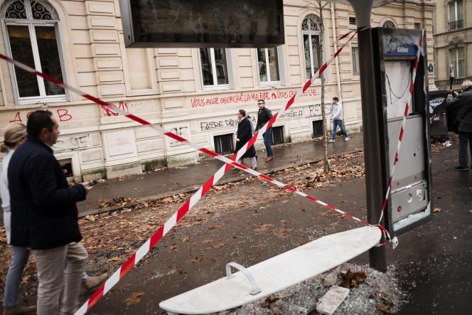 Les alentours de la place de l'Etoile portent les traces de la manifestation des «gilets jaunes», le 2 décembre à Paris.